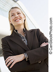 女性実業家の地位, 屋外で, によって, 建物, 微笑