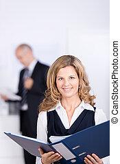 女性実業家, つなぎ, 協力者, 保有物, 背景