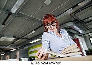 女性実業家, ∥で∥, a, 本, 中に, 彼女, オフィス, working.