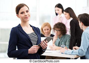 女性実業家, コンピュータ, 若い, タブレット, 保有物