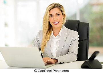 女性実業家, コンピュータ, 若い, 使うこと