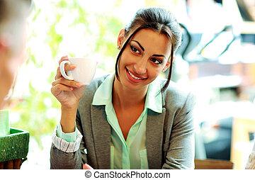 女性実業家, コーヒー, 微笑, 保有物のコップ