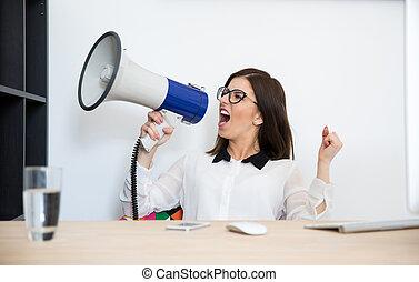 女性実業家, テーブルの着席, そして, 話すこと, によって, メガホン