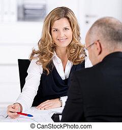 女性実業家, ビジネスマン, 話すこと, 机