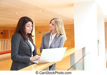 女性実業家, ミーティング, 中に, ホール