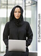 女性実業家, モデル, 屋外で, ∥で∥, ラップトップ, によって, 建物, (selective, focus)