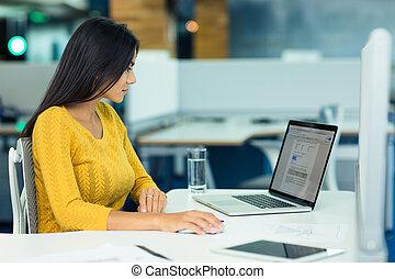 女性実業家, ラップトップ, オフィス, 使うこと