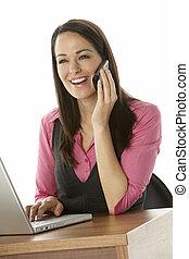女性実業家, ラップトップ, 使うこと, 女性, 机
