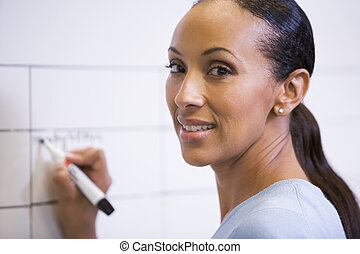 女性実業家, 執筆, 屋内, 板, 微笑, 消去可能