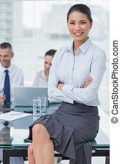 女性実業家, 微笑, ポーズを取る, workmates, 背景