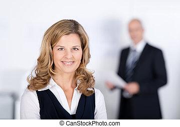 女性実業家, 微笑, 協力者, 背景, 確信した