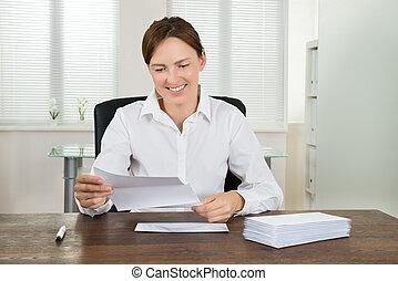 女性実業家, 文書, 保有物, 机