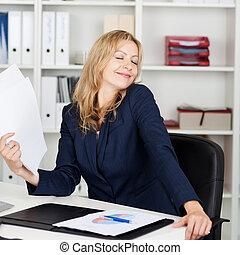 女性実業家, 送風, 文書, 彼女自身, 机