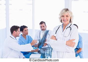 女性的医生, 同事, 微笑, 会议