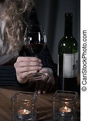 女性的手, 握住玻璃, ......的, 酒