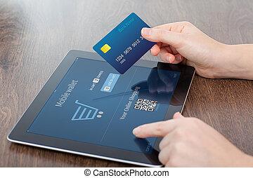 女性的手, 藏品, 信用卡, 以及, a, 電腦, 片劑, 在桌子上, 在, 辦公室, 以及, 做, a, 購買,...