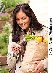 女性買い物, モビール, 野菜, sms, 電話, 微笑