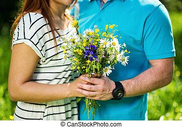 女性 と 人, 手を持つ, 女の子, ∥で∥, 花束, の, カモミール, 愛, concept.couple, 中に, love.date.loving, 恋人, ありなさい, 保有物, ∥, 花束, の, 野生の花