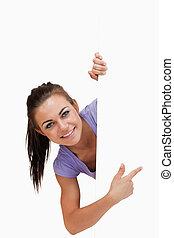 女性, コーナー, 微笑, 指すこと, のまわり, 若い