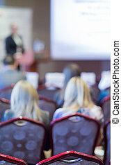 女性, スピーカー, 話すこと, の前, ∥, 大きい, 白いスクリーン, の間, conference.