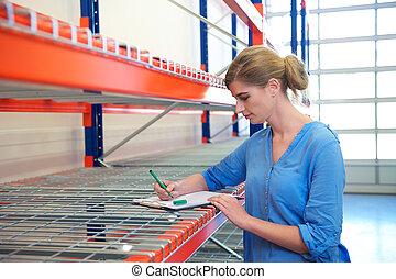 女性, 倉庫, 雇員, 站立, 在旁邊, 架子, 以及, 寫, 上, 剪貼板