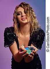 女性, 多彩, close-up., ギャンブル, ポーズを取る, 提示, ひと握り, カラフルである, 黒いドレス, ポーカー, チップ, casino., バックグラウンド。, ブロンド, 微笑, スパンコール