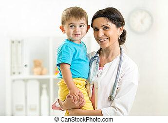 女性, 她, 醫生, 儿科醫生, 藏品, 手, 孩子