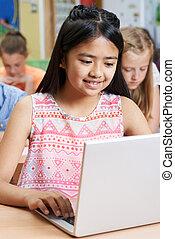 女性, 小学校, 生徒, ラップトップを使用して, 中に, コンピュータクラス