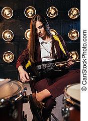 女性, 岩石, 吉他手, 坐後邊, the, 爵士鼓