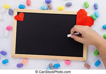 女性, 平ら, 手, カード, チョーク, カラフルである, 形, 挨拶, 上に, concept., 黒板, 白, バレンタイン, 執筆, 心, 保有物, 日, コピー, 愛, 赤, 光景, space., きらめき, 上, バックグラウンド。, 位置