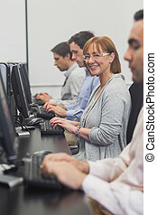 女性, 成長した 学生, モデル, 中に, コンピュータクラス