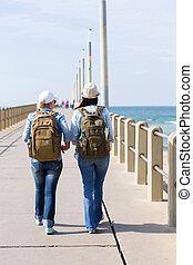 女性, 旅行者, 歩くこと, 上に, a, 桟橋