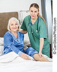 女性, 管理人, 檢查, 年長者, 婦女的腿