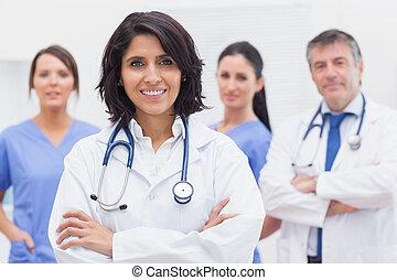 女性 醫生, 以及, 她, 隊, 微笑