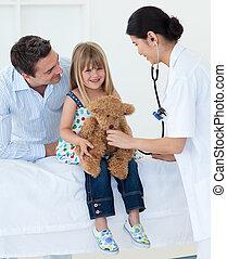 女性 醫生, 以及, 愉快, 小女孩, examing, a, 玩具熊