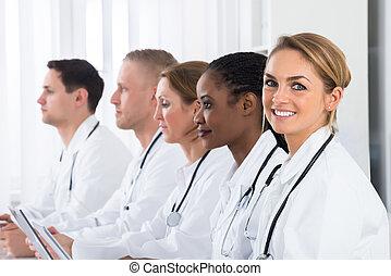 女性 醫生, 工作, 由于, 她, 同事
