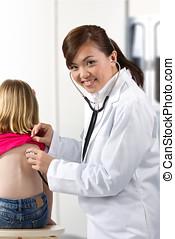 女性 醫生, 檢查, 孩子, 由于, stethoscope.