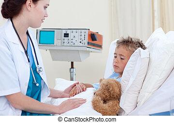 女性 醫生, 檢查, a, 在床里的孩子