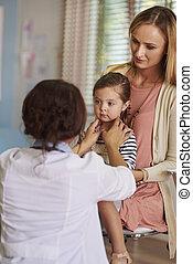 女性 醫生, 檢查, the, 很少, 女孩` s, 咽喉
