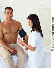 女性 醫生, 檢查, the, 血壓, ......的, a, 病人