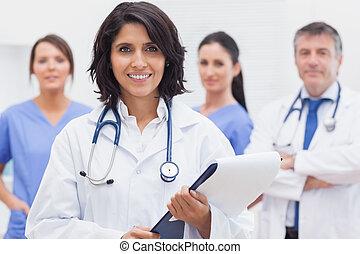 女性 醫生, 由于, 剪貼板, 以及, 她, 隊, 微笑
