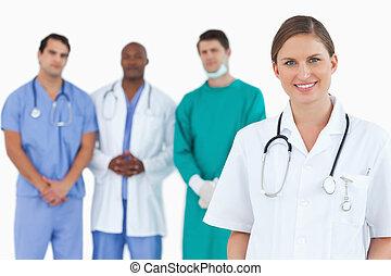 女性 醫生, 由于, 同事, 後面, 她