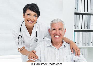 女性 醫生, 由于, 愉快, 年長者, 病人