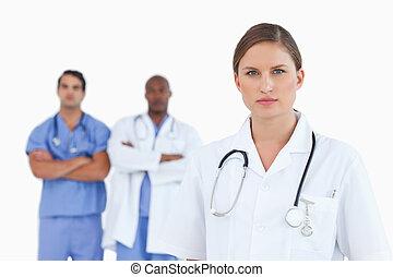 女性 醫生, 由于, 男性, 同事, 後面, 她