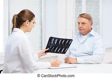 女性 醫生, 由于, 老人, 看x-射線