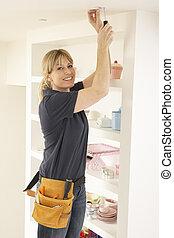 女性, 電工, 安裝, 輕的适合, 在, 家