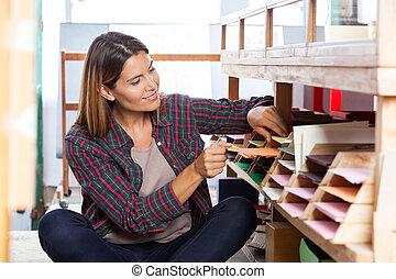 女性, 顧客, 選択, ペーパー, から, 棚