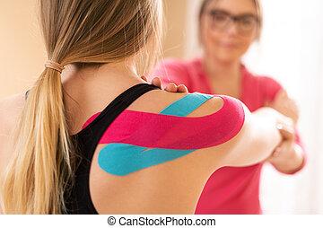 女性, kinesio, テープ, 患者, 彼女, リハビリテーション, therapist., kinesiology, 専門家, 療法, 肩, 身に着けていること, 運動, 健康診断, 若い, concept.
