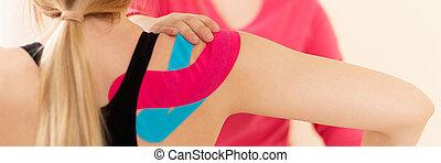 女性, kinesio, テープ, banner., 患者, 彼女, リハビリテーション, therapist., kinesiology, 。, 終わり, 療法, 専門家, 肩, 身に着けていること, 運動, 健康診断