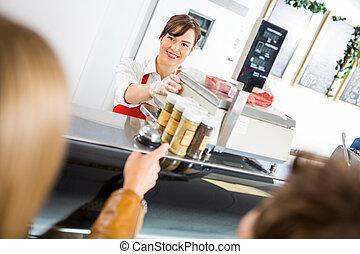 女推銷員, 在, 計數器, 參加, 顧客, 在, 屠夫的商店